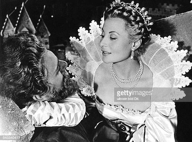 Morgan Michele Actress France * Scene from the movie 'Si Versailles m'etait conte'' with Jean Martinelli as Henry IV Directed by Sacha Guitry Italy /...