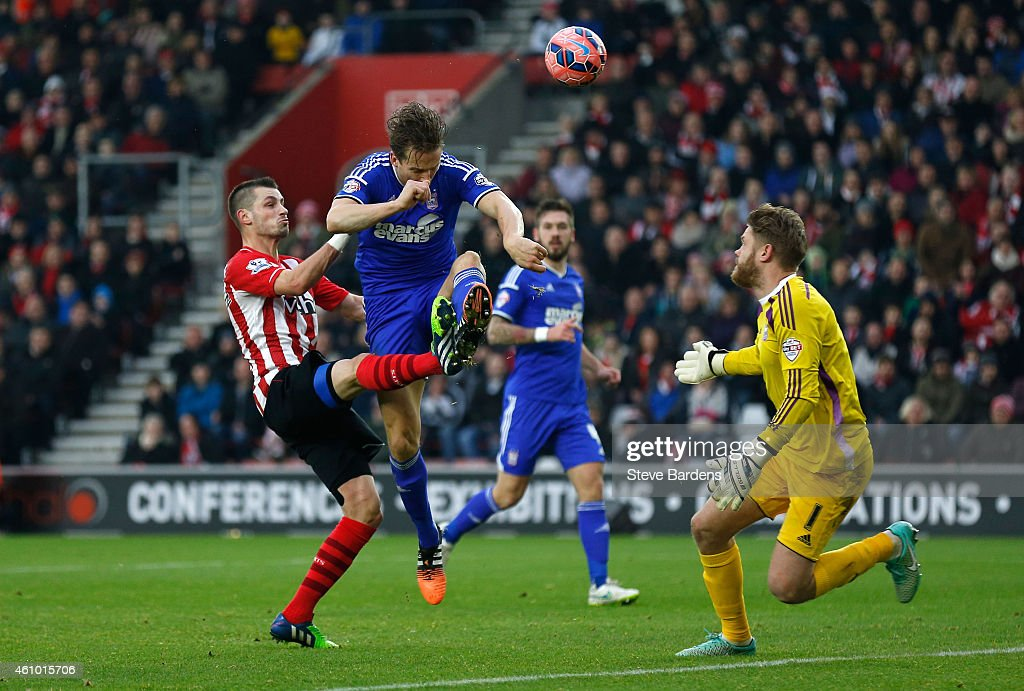 Morgan Schneiderlin (L) of Southampton scores a goal to level the scores a1-1 during the FA Cup Third Round match between Southampton and Ipswich Town at St Mary's Stadium on January 4, 2015 in Southampton, England.