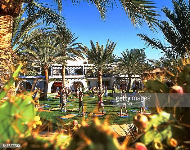 Morgengymnastik hier gesehen in der Parkanlage des Robinson Club auf FuerteventuraSüd 1996 eingescannt