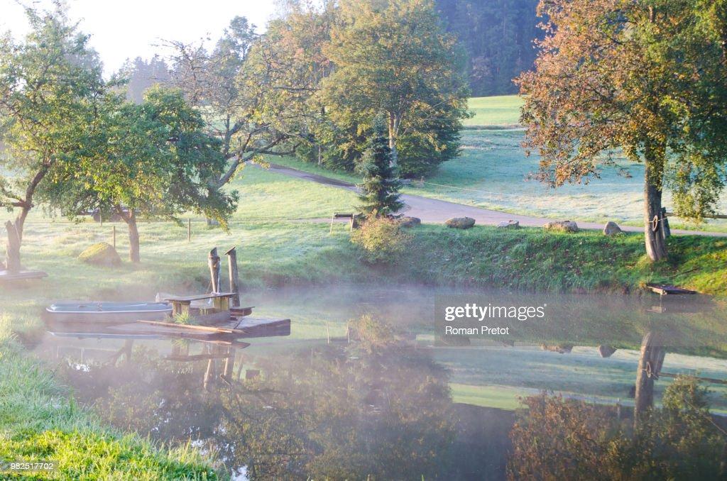 Morgenstimmung am See im herbstlichen Schwarzwald : Stock-Foto
