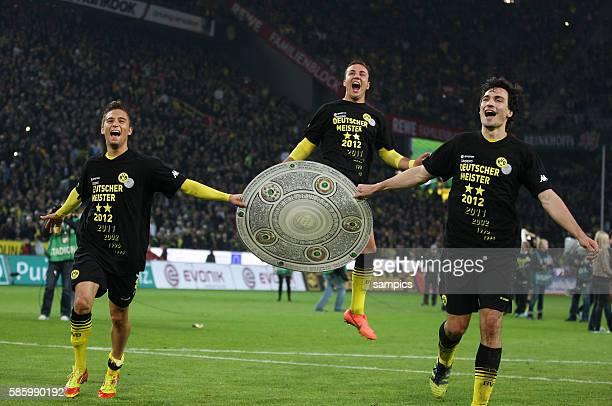 Moritz Leitner Borussia Dortmund freut sich über den Titel mit Schale und Mario Götze Goetze Borussia Dortmund und Mats Julian Hummels Borussia...