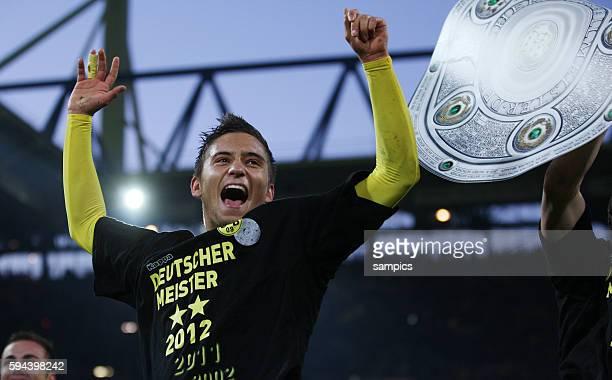 Moritz Leitner Borussia Dortmund freut sich über den Titel mit Schale Borussia Dortmund feiert die deutsche Fussballmeisterschaft durch den Sieg...