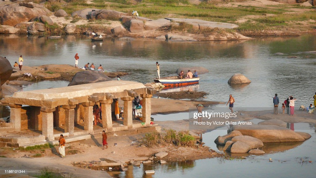 Morning activity in the Tungabhadra River in Hampi, Karnataka, India : Foto de stock