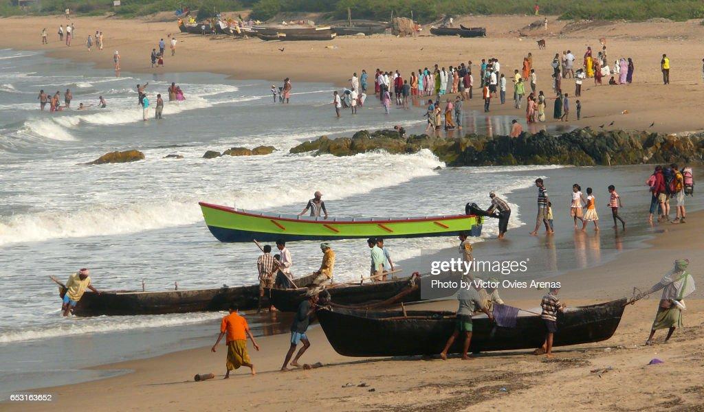 Morning activity on Gokarna beach. Fishermen and pilgrims in Gokarna, Karnataka, India : Foto de stock