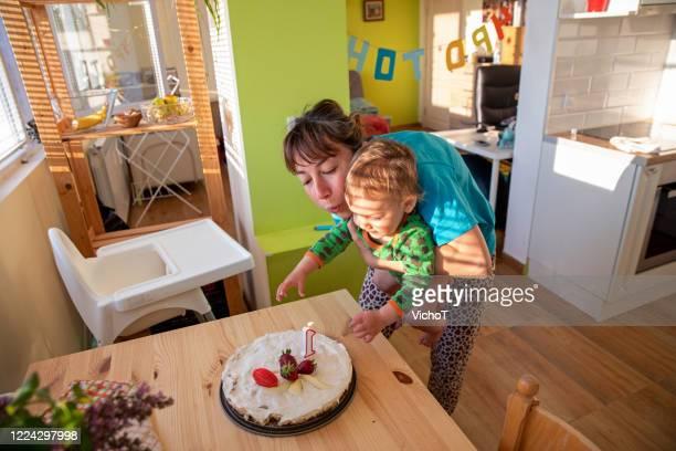 自宅で子供の最初の誕生日の朝のお祝い - 1周年 ストックフォトと画像