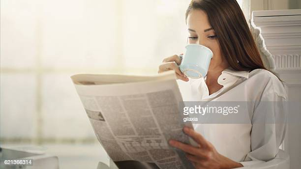 morning coffee and newspapers. - de media stockfoto's en -beelden
