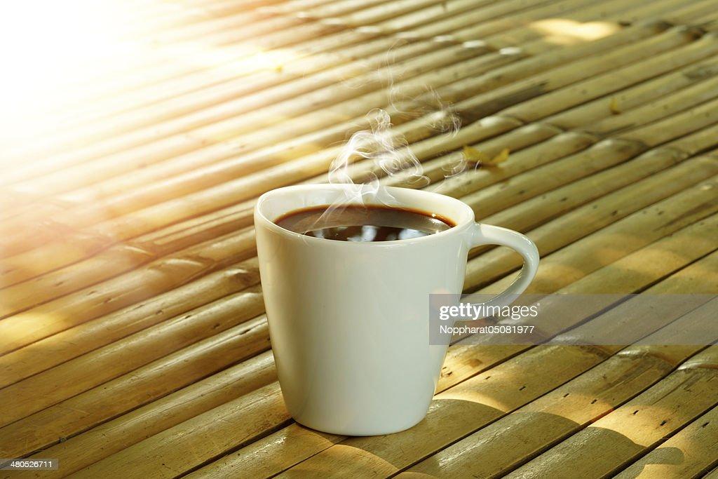 Morgendlicher Kaffee auf der Bambus : Stock-Foto
