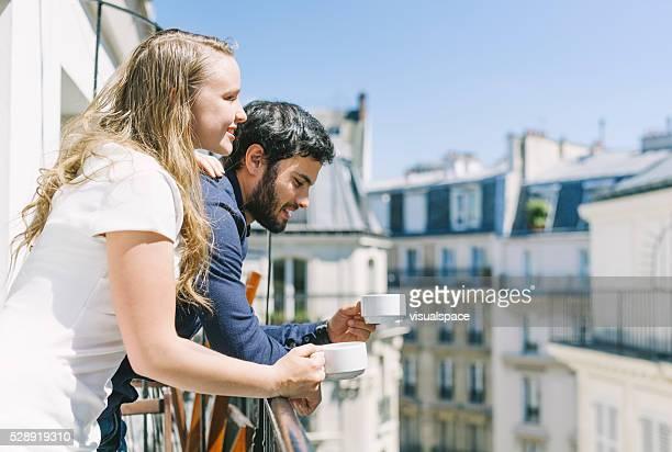 Kaffee zusammen in einen sonnigen Balkon