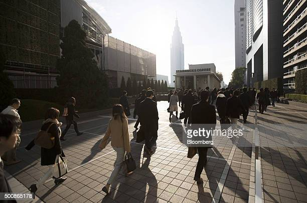 Morning commuters walk past buildings in Tokyo Japan on Thursday Dec 10 2015 After its steepest losing streak on record Japan's yen is poised to...