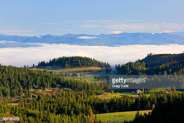 morning fog covers hood river valley, oregon, usa - hood river stock pictures, royalty-free photos & images
