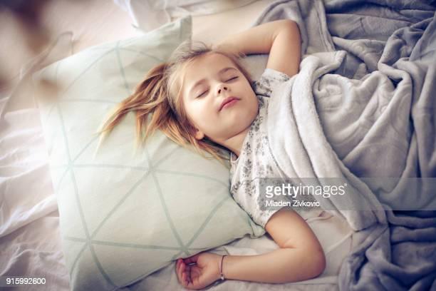 ベッドでの朝。 - 4歳から5歳 ストックフォトと画像