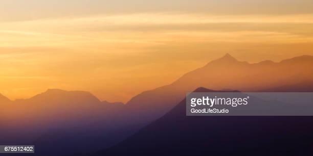 Mañana en la región de los Alpes