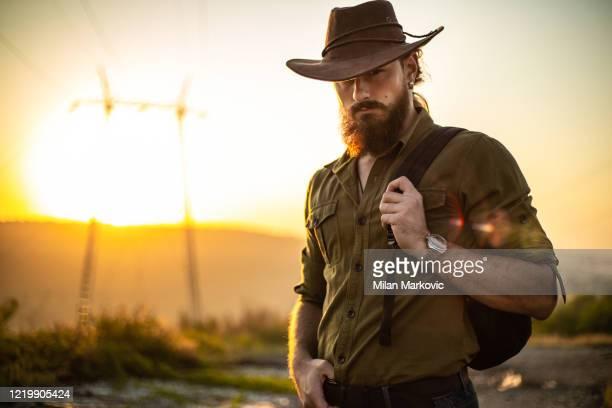 mattina nel selvaggio west - cowboy foto e immagini stock