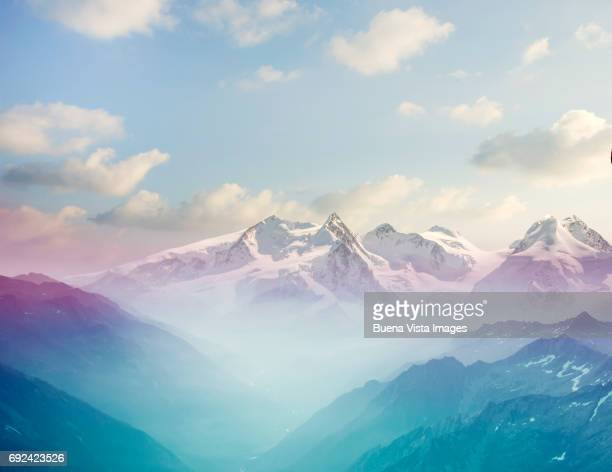morning mist in an alpine valley - bergpiek stockfoto's en -beelden