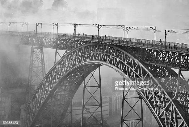 morning mist - luis i bridge, porto - victor ovies fotografías e imágenes de stock