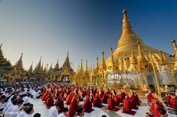 morning prayer service at the shwedagon, yangon. - pagode stock-fotos und bilder