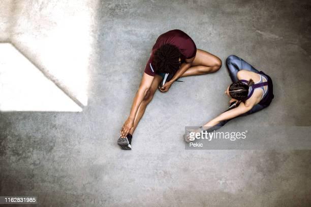 ochtend voorbereiding voor joggen - strekken stockfoto's en -beelden