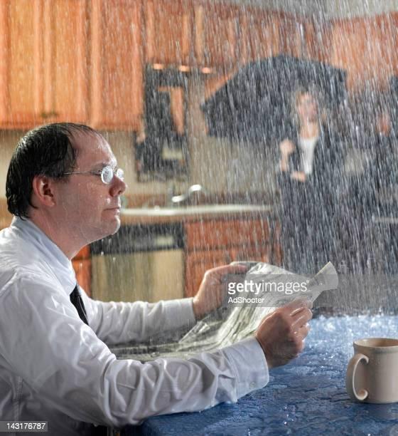 matin à jets de pluie - pluie humour photos et images de collection