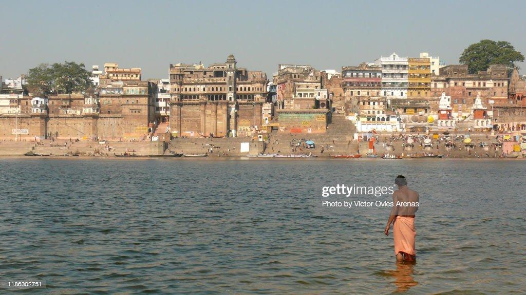 Morning ritual bath in the eastern bank of the Ganges in Varanasi, Uttar Pradesh, India : Foto de stock