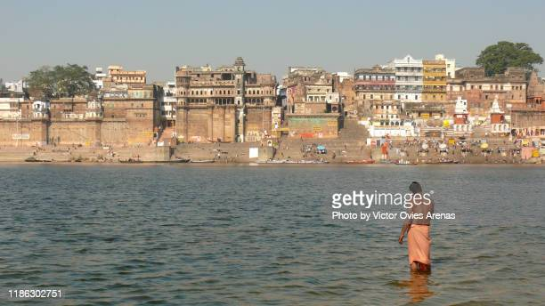 morning ritual bath in the eastern bank of the ganges in varanasi, uttar pradesh, india - victor ovies fotografías e imágenes de stock