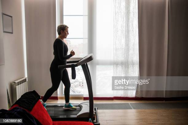 morning run - treadmill stock pictures, royalty-free photos & images