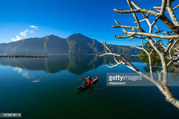morning scene of lake batur with fisherman daily activity. - shaifulzamri foto e immagini stock