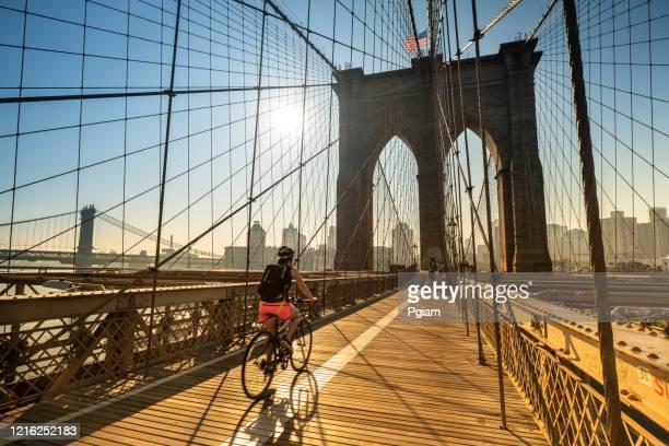 morning sunrise on the brooklyn bridge in manhattan new york usa - brooklyn new york imagens e fotografias de stock