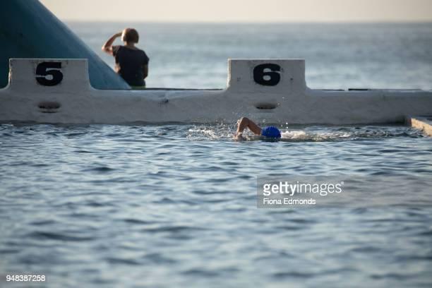 morning swim routine at ocean baths - 豪州 ニューカッスル ストックフォトと画像