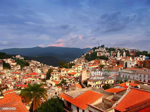 morning townscape taxco - ゲレーロ州 ストックフォトと画像