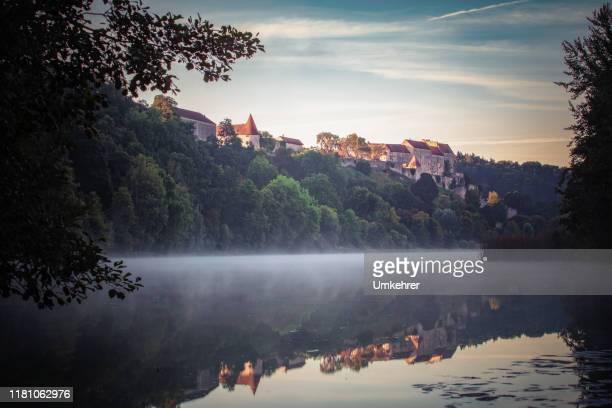 ochtend uitzicht op de wöhrsee in burghausen - beieren stockfoto's en -beelden