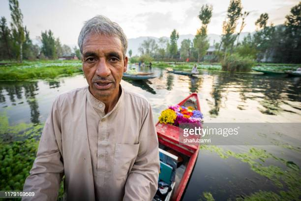 morning view from traditional floating market at dal lake, kashmir. - shaifulzamri - fotografias e filmes do acervo
