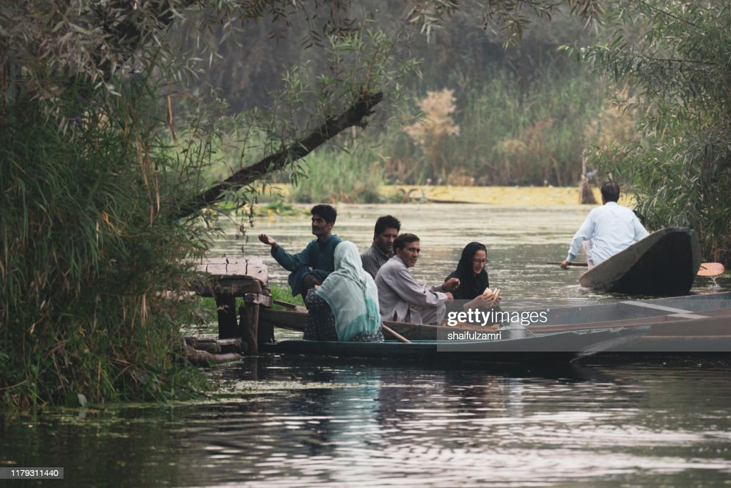 Morning view from traditional floating market at Dal Lake, Kashmir. : Stockfoto