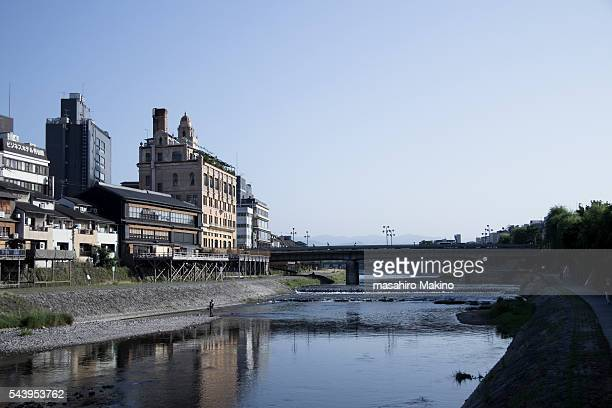 morning view of kamo river, kyoto city - fluss kamo stock-fotos und bilder