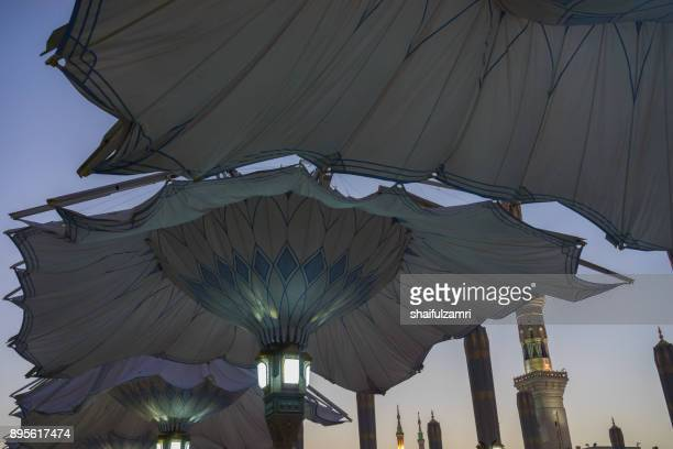 morning view of minarets and big umbrellas for nabawi mosque - shaifulzamri stock pictures, royalty-free photos & images