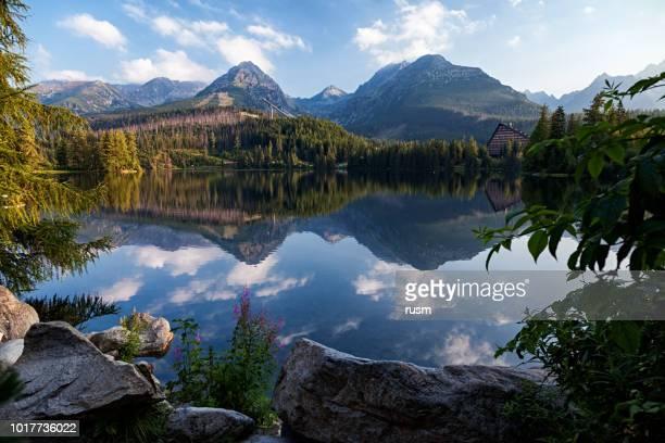 高タトラ山脈、スロバキアの山脈 (湖) リゾートの朝の景色 - スロバキア ストックフォトと画像