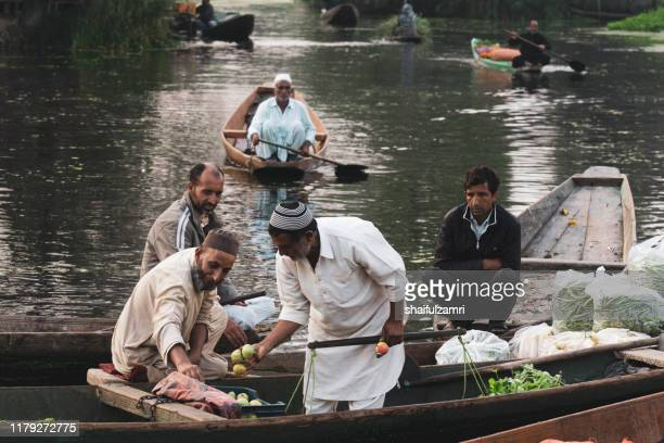 morning view of traditional floating market at dal lake of kashmir. - shaifulzamri fotografías e imágenes de stock