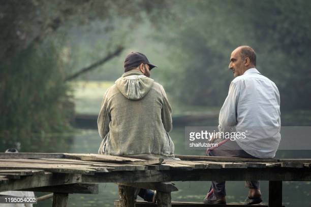 morning view of traditional floating market with 2 people chatting for future kashmir. - shaifulzamri foto e immagini stock