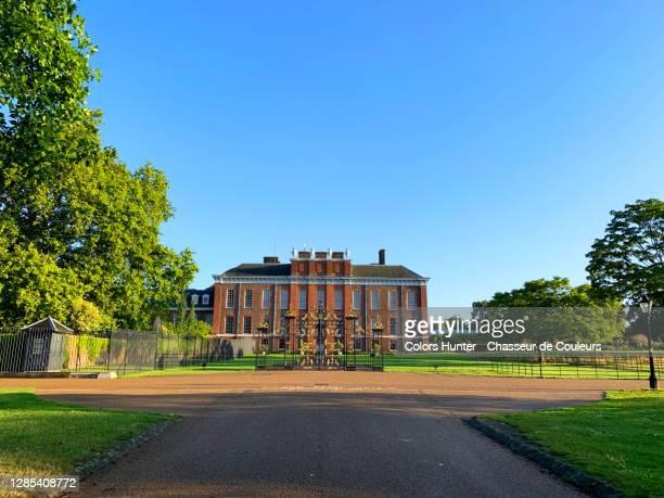 morning vue of kensington palace inside hyde park - kensington palast stock-fotos und bilder