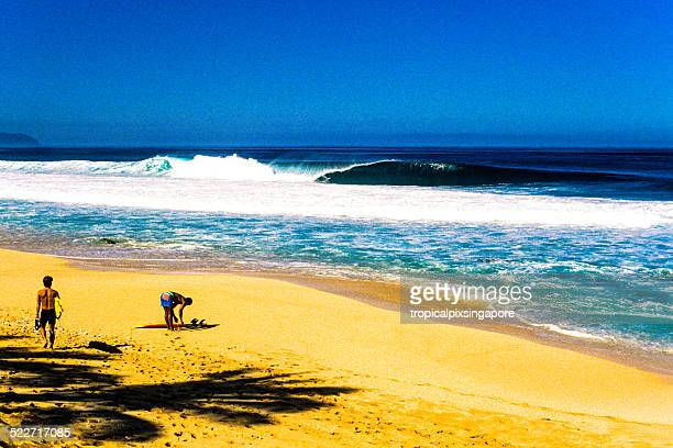 morning waves at the banzai pipeline - banzai pipeline stock photos and pictures