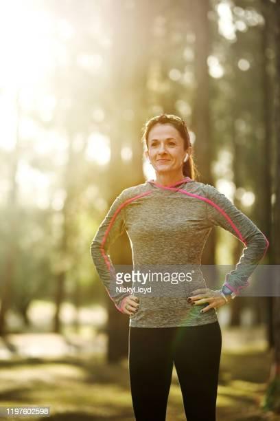morning workout is een zegen voor de hele dag - handen op de heupen stockfoto's en -beelden