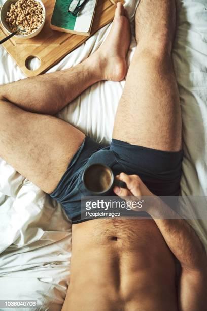 morgen beginnt mit einem buch und frühstück im bett - junge in unterhose stock-fotos und bilder