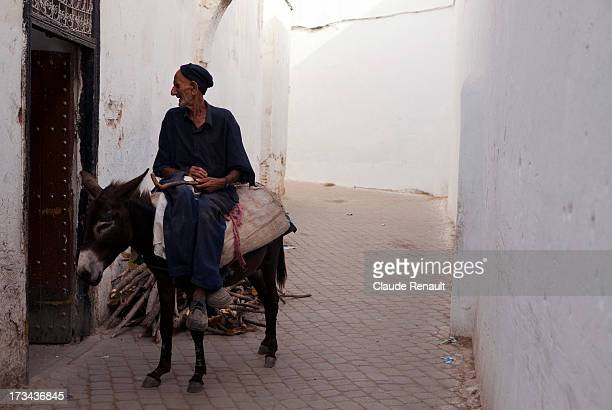 CONTENT] A moroccan chatting in front of a bakery in Moulay Idriss