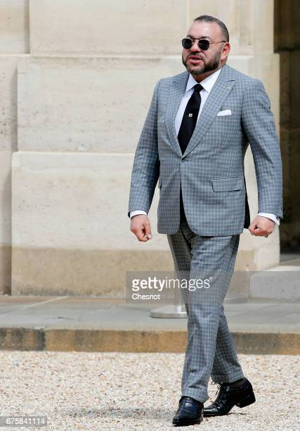 Moroccan King Mohammed VI arrives for a meeting with French President Francois Hollande at the Elysee Palace on May 02 2017 in Paris France King...