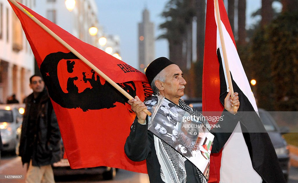 A Moroccan man carries an Egyptian flag : Nieuwsfoto's