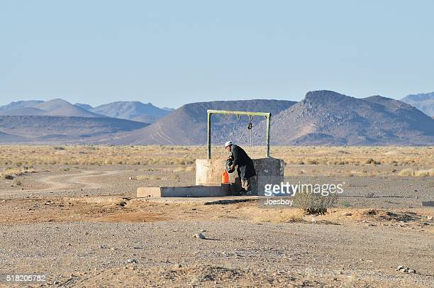 Marokkanische Mann Füllung Wasser in Flaschen