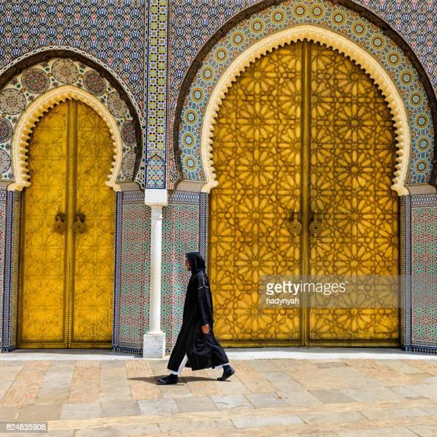 moroccan homme marcher devant le palais royal, fès - homme marocain photos et images de collection