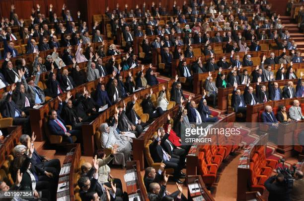 Moroccan members of parliament vote on the first draft for Morocco to return to the African Union in Rabat on January 18 2017 / AFP PHOTO / STRINGER