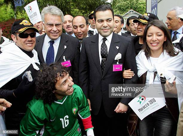 Moroccan Prince Rachid Moulay and former Spanish prime minister Philipe Gonzalez are greeted by Moroccan supporters 14 May 2004 at FIFA headquartes...