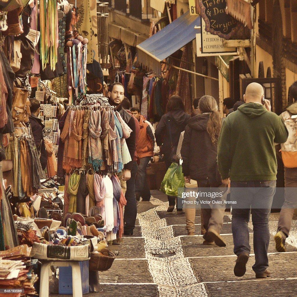 Moroccan street market in the Caldererias in the Albaicin in Granada, Andalusia, Spain : Foto de stock