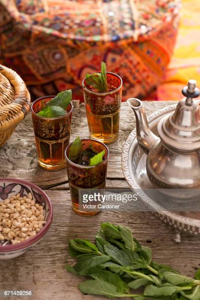 moroccan tea ceremony - three glasses, teapot on tray - túnez áfrica del norte fotografías e imágenes de stock